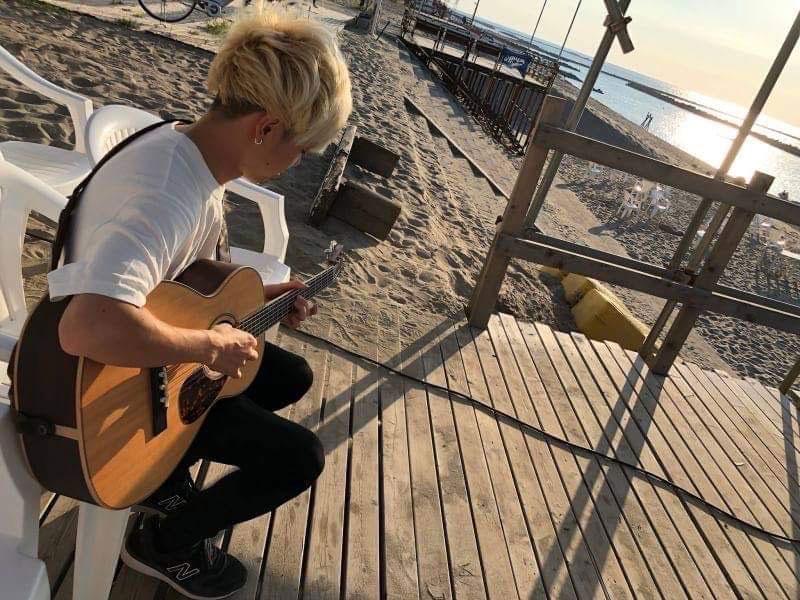 SeaPointでギターを弾く岩船ひろき